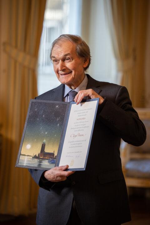 Roger Penrose showing his Nobel Prize diploma