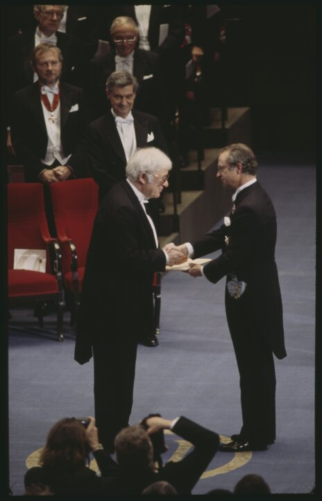 Seamus Heaney receives his prize 1995