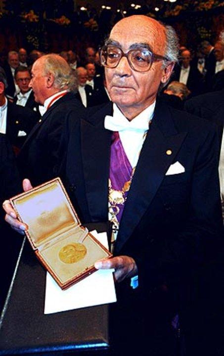 José Saramago showing his Nobel Medal