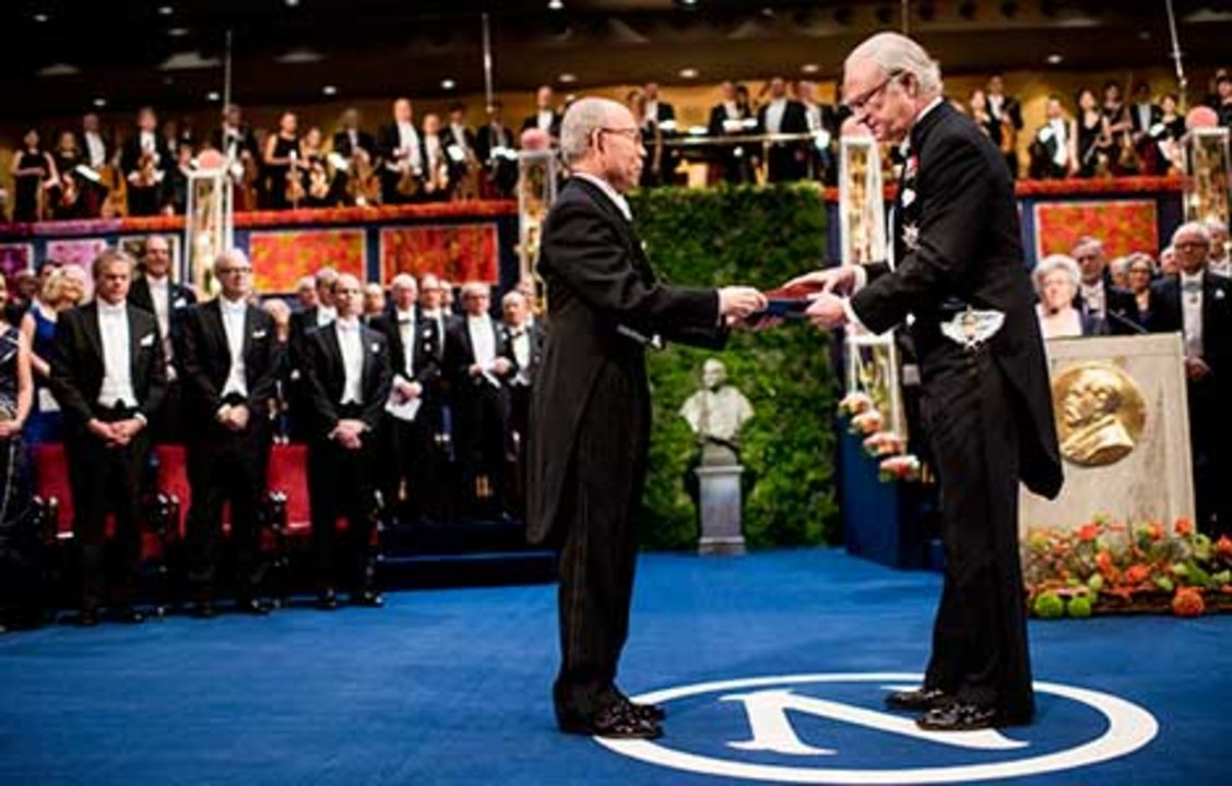 Isamu Akasaki  receiving his Nobel Prize from His Majesty King Carl XVI Gustaf of Sweden