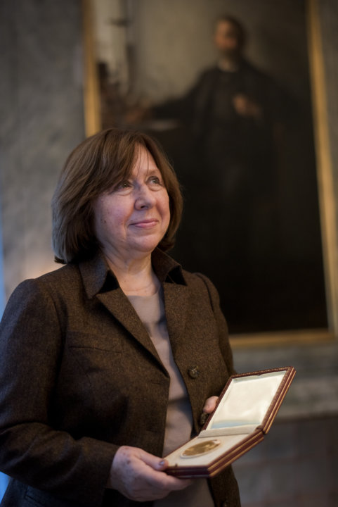 Svetlana Alexievich showing her Nobel Medal during her visit to the Nobel Foundation.