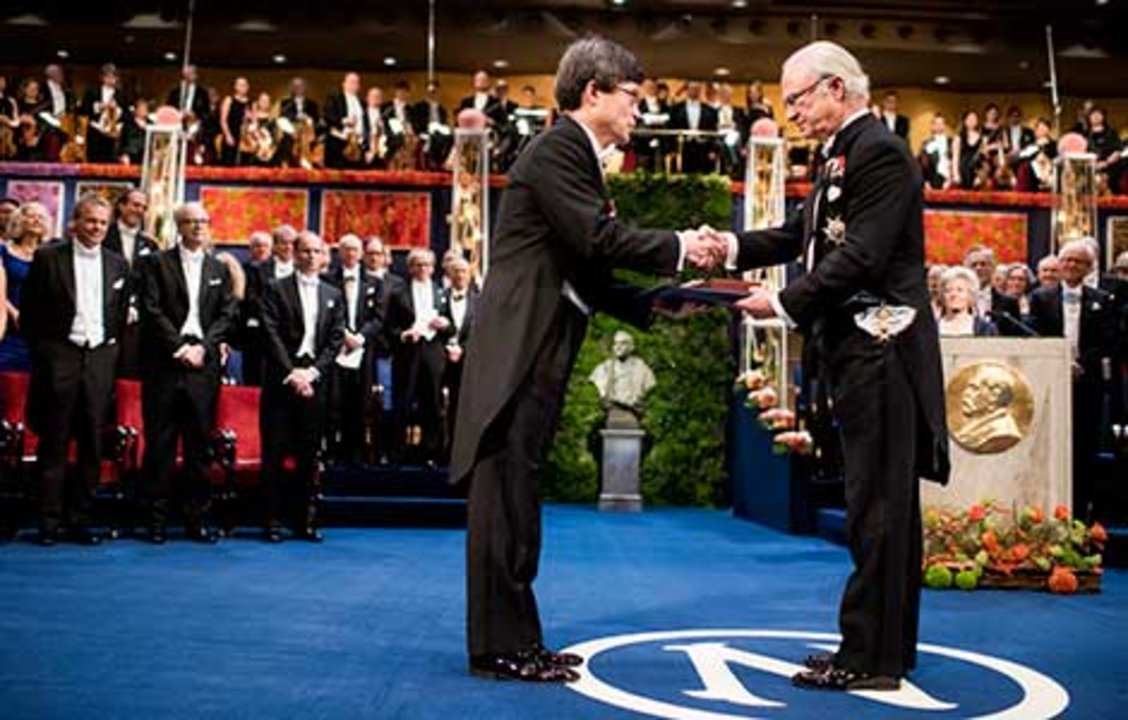 Hiroshi Amano  receiving his Nobel Prize from His Majesty King Carl XVI Gustaf of Sweden