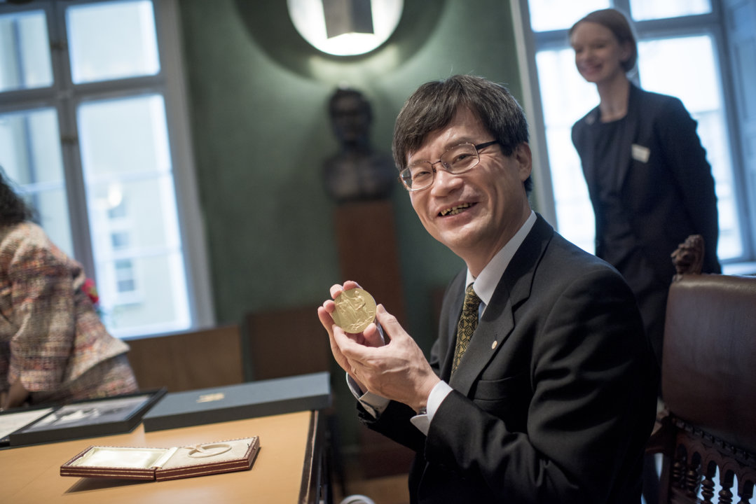 Hiroshi Amano showing his Nobel Medal during his visit to the Nobel Foundation on 12 December 2014.