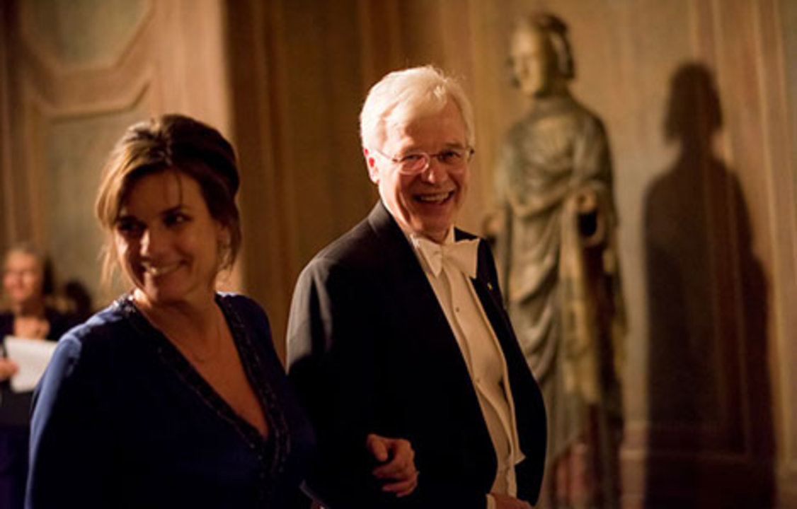 Bengt Holmström ready to proceed into the Blue Hall of the Stockholm City Hall for the Nobel Banquet together with Minister for International Development Cooperation Isabella Lövin