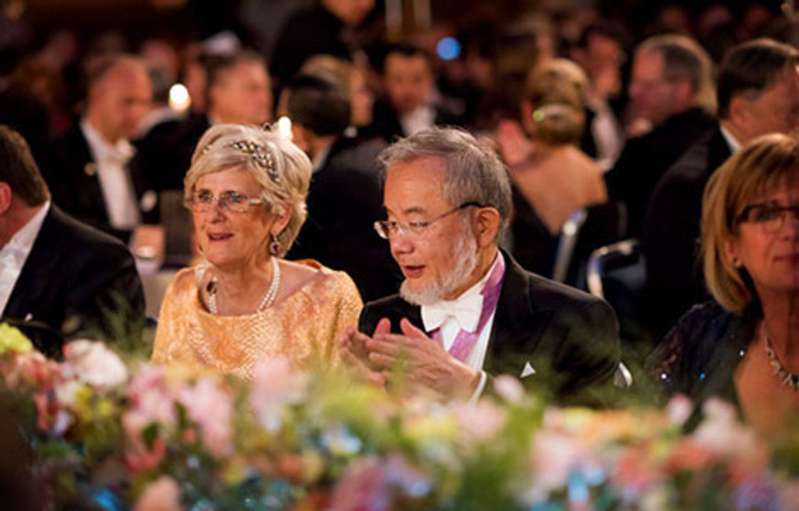 Yoshinori Ohsumi and Catharina Lindqvist at the table of honour at the Nobel Banquet