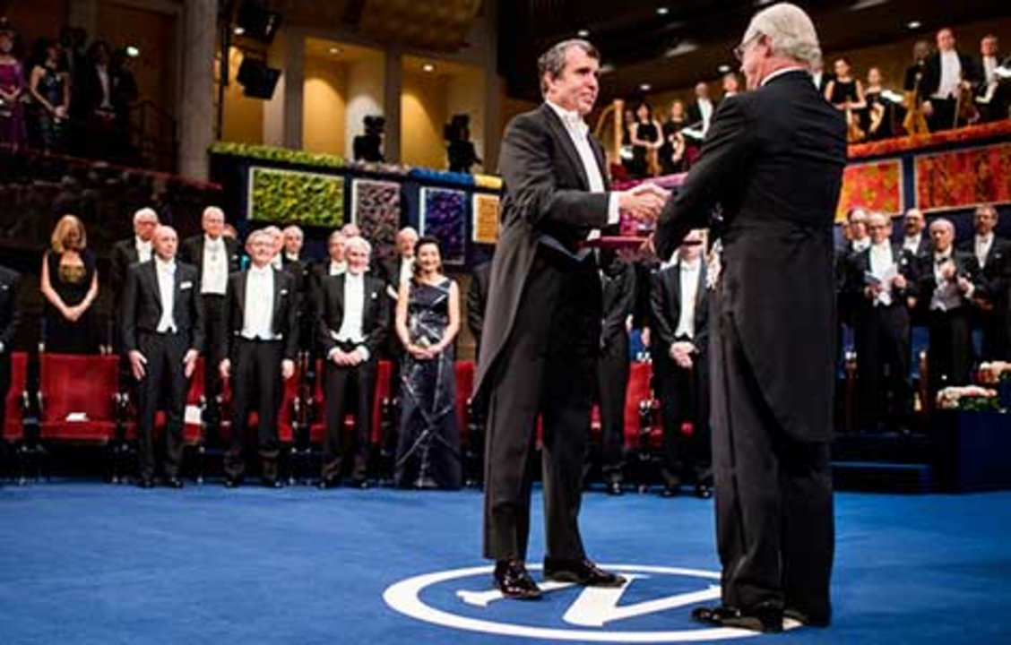 Eric Betzig  receiving his Nobel Prize from His Majesty King Carl XVI Gustaf of Sweden