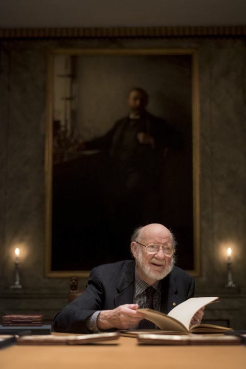 William C. Campbell explores the Nobel Foundation's guest book, signed by the Laureates since 1952, during his visit to the Nobel Foundation.