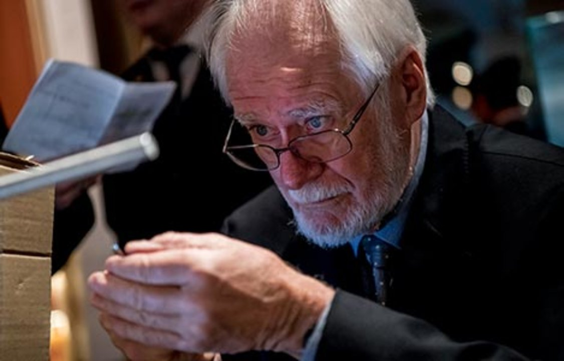 Jacques Dubochet prepares his gift to the Nobel Museum