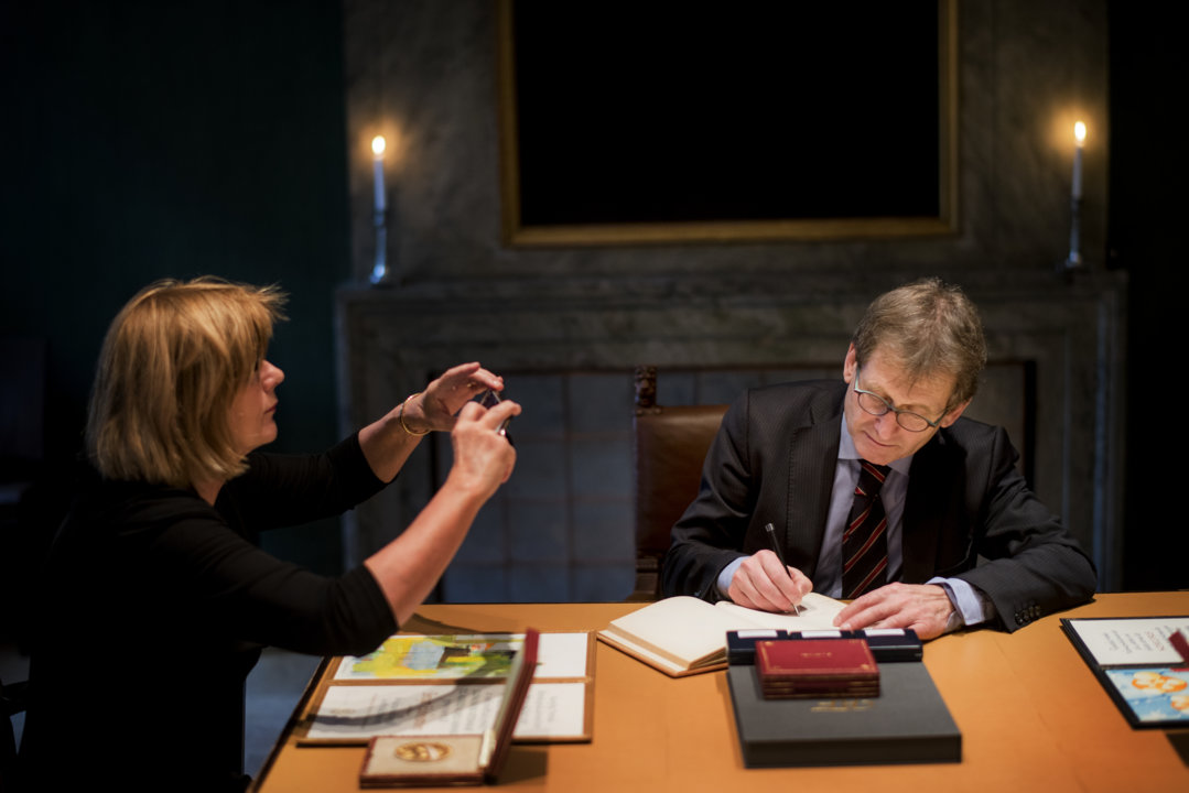 Bernard L. Feringa takes a look in the Nobel Foundation's guest book