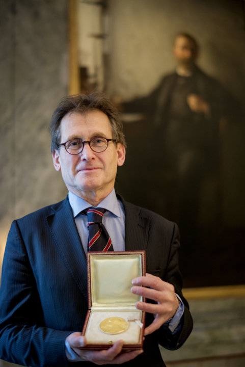 Bernard L. Feringa showing his Nobel Medal