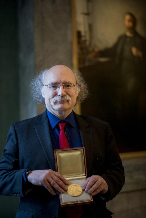F. Duncan M. Haldane showing his Nobel Medal