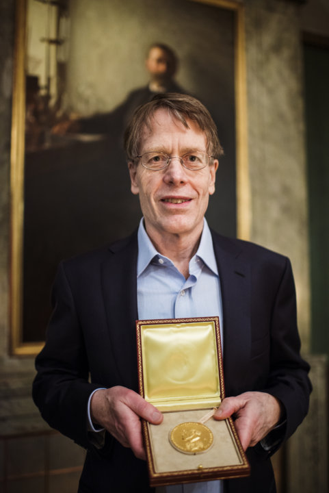 Lars Peter Hansen showing his Prize Medal during his visit to the Nobel Foundation