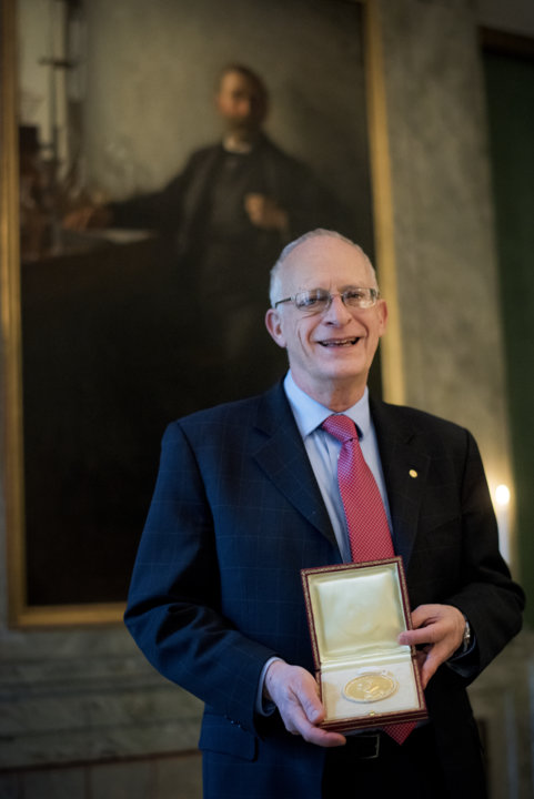 Oliver Hart showing his Prize Medal during his visit to the Nobel Foundation.