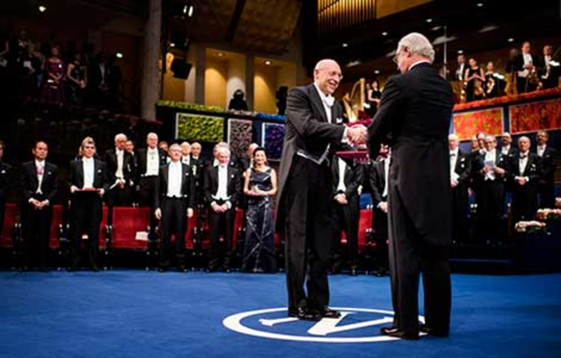 Stefan W. Hell receiving his Nobel Prize from His Majesty King Carl XVI Gustaf of Sweden