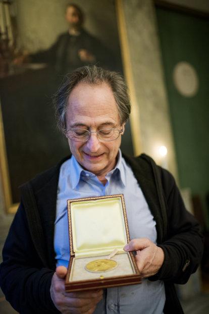 Michael Levitt showing his Nobel Medal during his visit to the Nobel Foundation