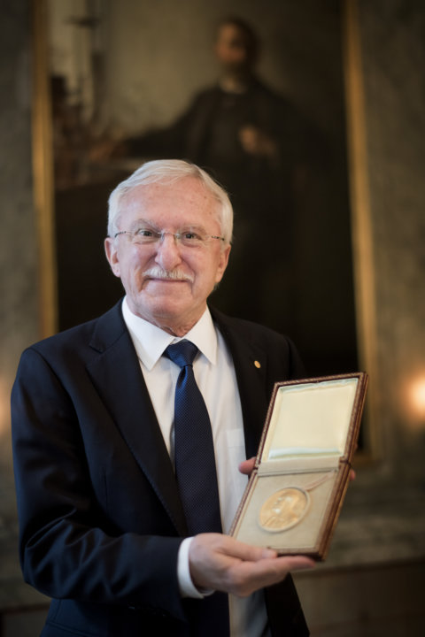 Paul Modrich showing his Nobel Medal during his visit to the Nobel Foundation.