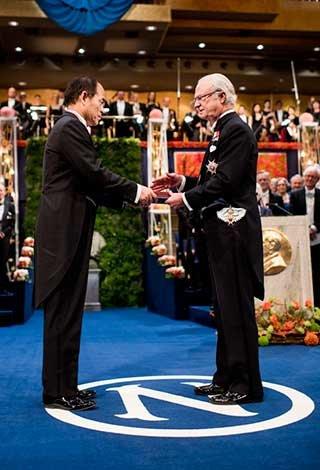 Shuji Nakamura receiving his Nobel Prize from His Majesty King Carl XVI Gustaf of Sweden
