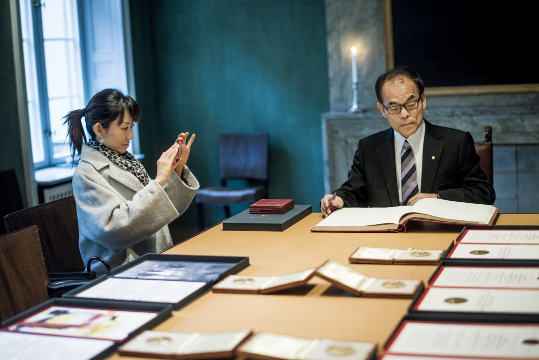 Shuji Nakamura signing the guestbook during his visit to the Nobel Foundation on 12 December 2014.