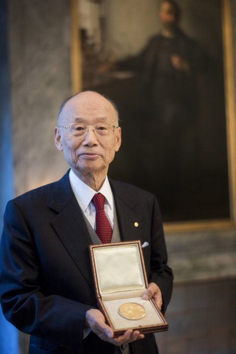Satoshi Ōmura showing his Nobel Medal during his visit to the Nobel Foundation.