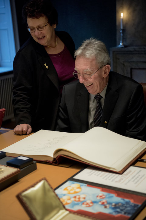 Jean-Pierre Sauvage and his wife Mrs Simone Carmen Boni take a look in the Nobel Foundation's guest book