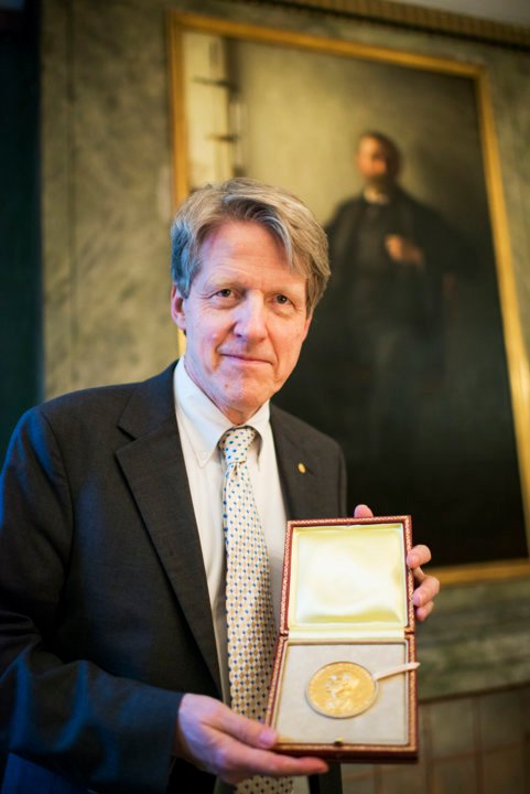 Robert J. Shiller showing his Prize Medal during his visit to the Nobel Foundation