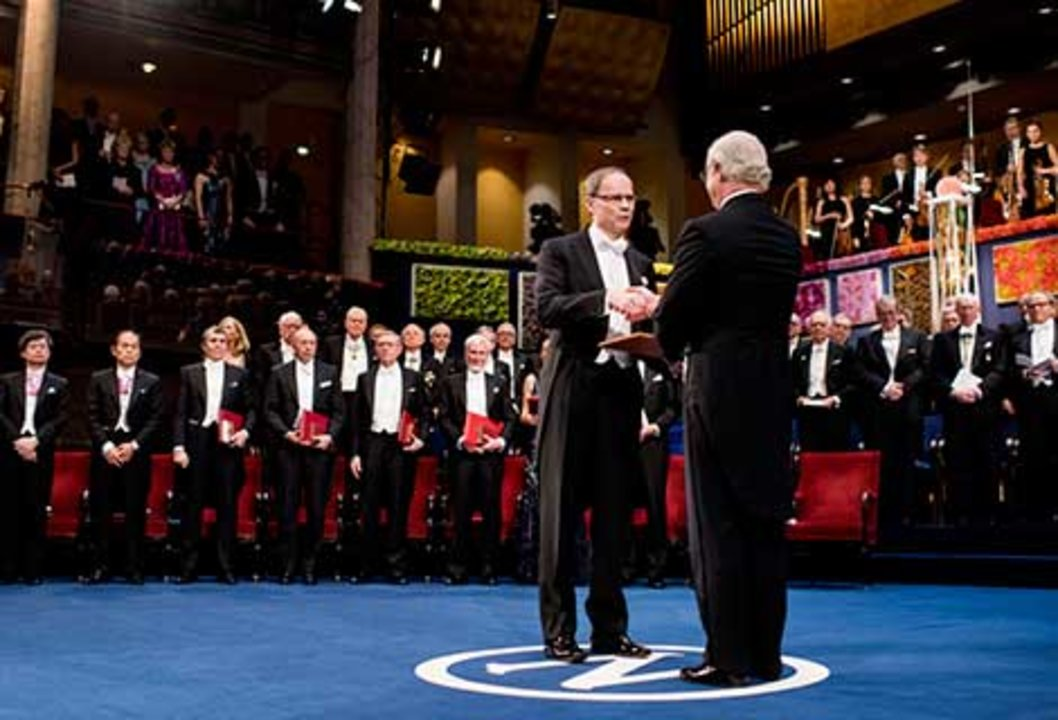 Jean Tirole receiving his Prize from His Majesty King Carl XVI Gustaf of Sweden