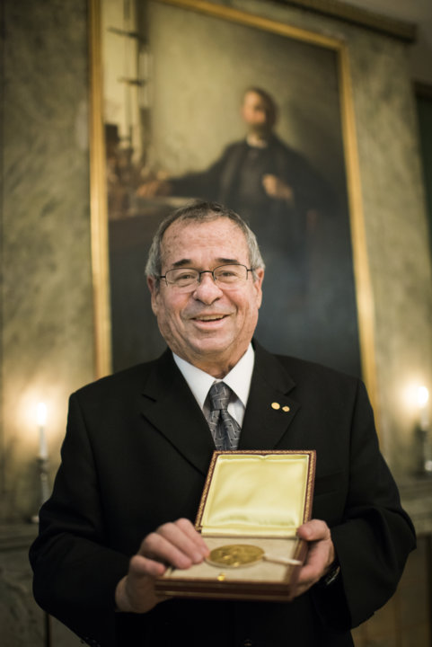 Arieh Warshel showing his Nobel Medal during his visit to the Nobel Foundation