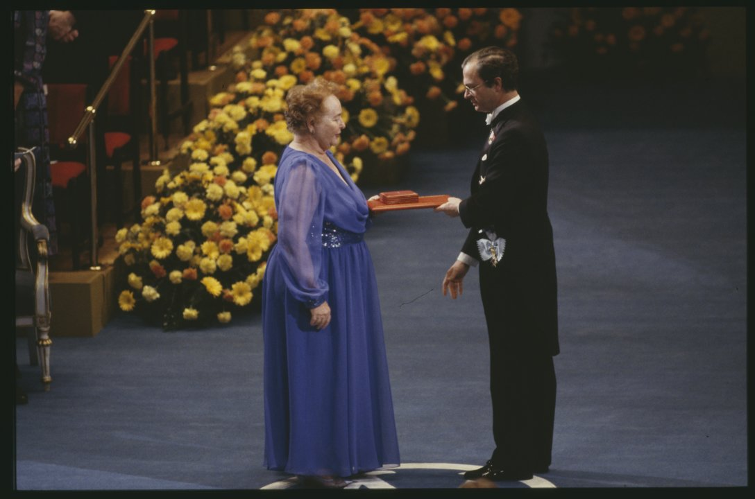 Gertrude B. Elion receiving her Nobel Prize J 0001_ 003