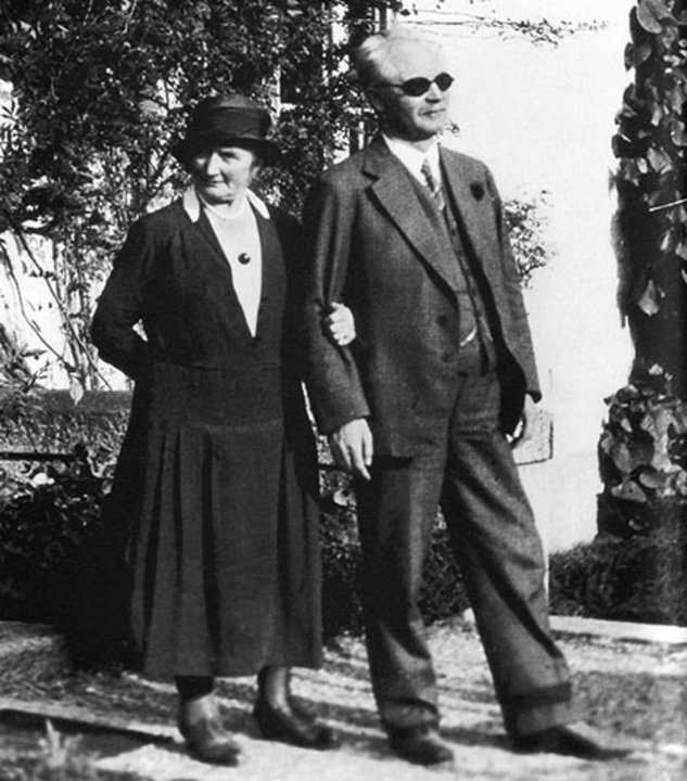 Gustaf Dalén and his wife Elma outside their home Villa Ekbacken at Lidingö, Stockholm, Sweden, 1937. Public domain via Wikimedia Commons