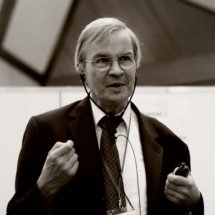 Theodor W. Hänsch photographed in the middle of a scientific discussion