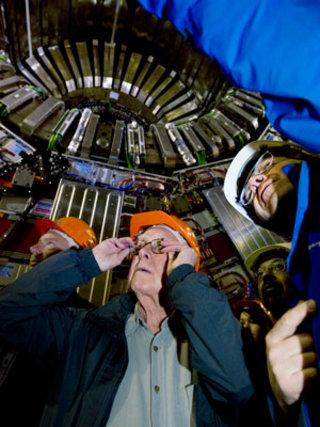 Professor Peter Higgs visits the CMS experiment