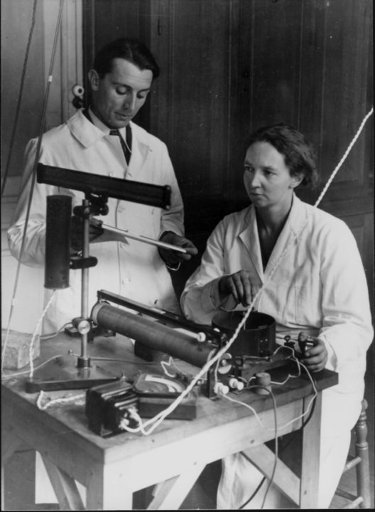 Frédéric and Irène Joliot-Curie in the physics laboratory
