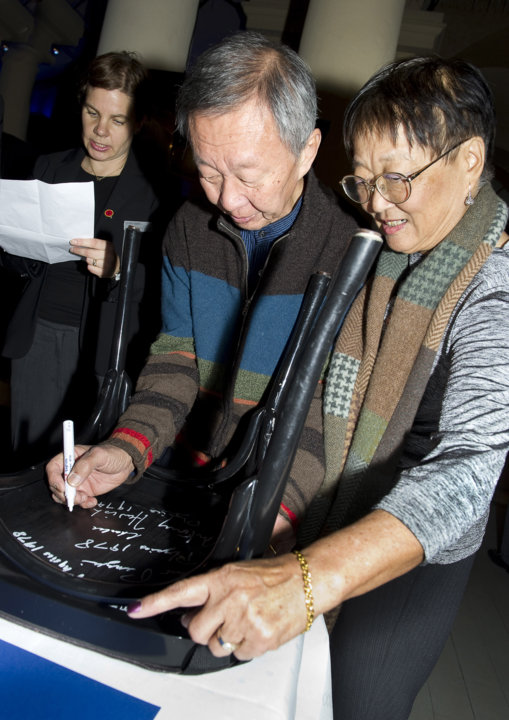 Charles K. Kao autographs a chair