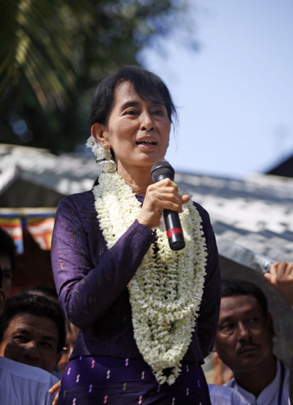 Aung San Suu Kyi gives a speech to supporters