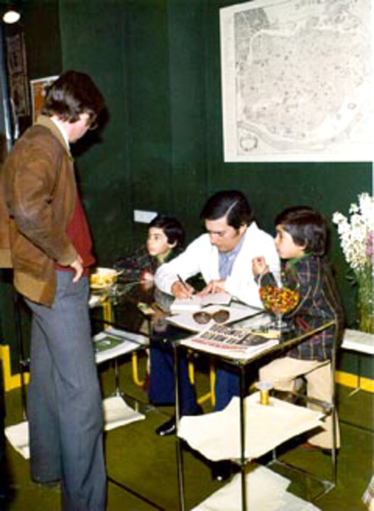 Mario Vargas Llosa signing book, together with his sons Gonzalo and Alvaro
