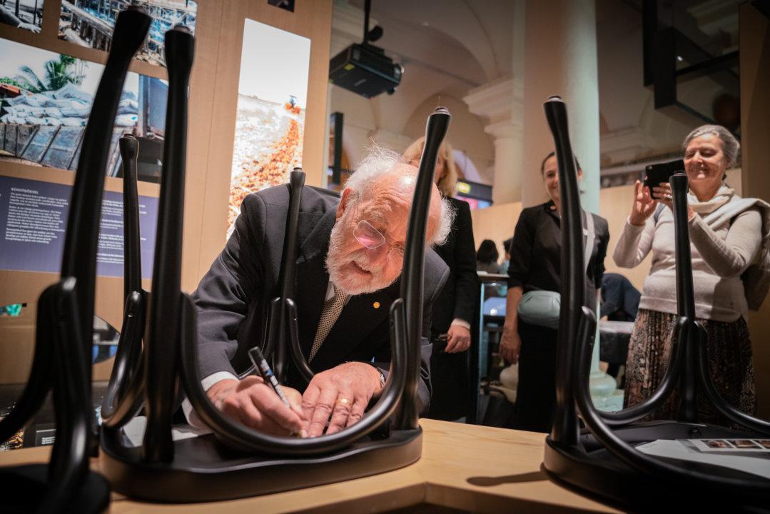 Michel Mayor autographs a chair