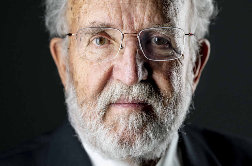 Michel Mayor official Nobel portrait