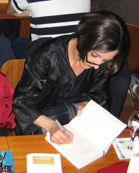 Herta Müller signing her new book