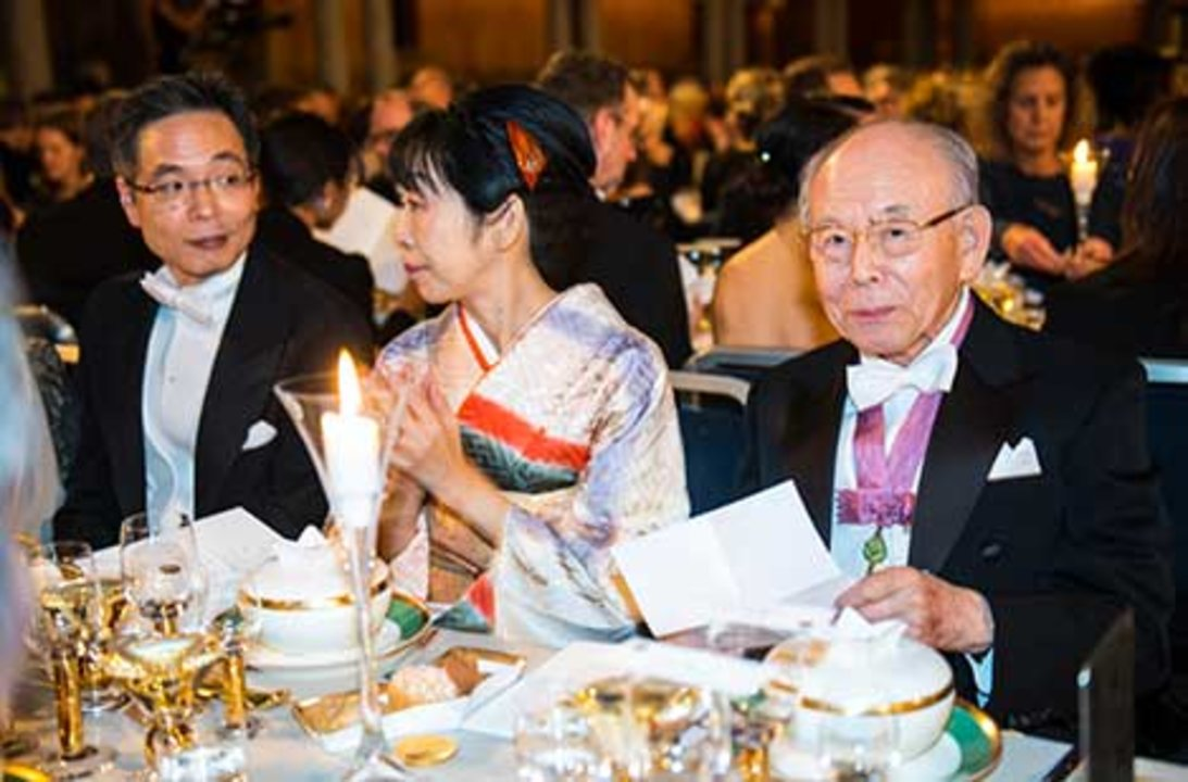 Isamu Akasaki (right) at the Nobel Banquet table.