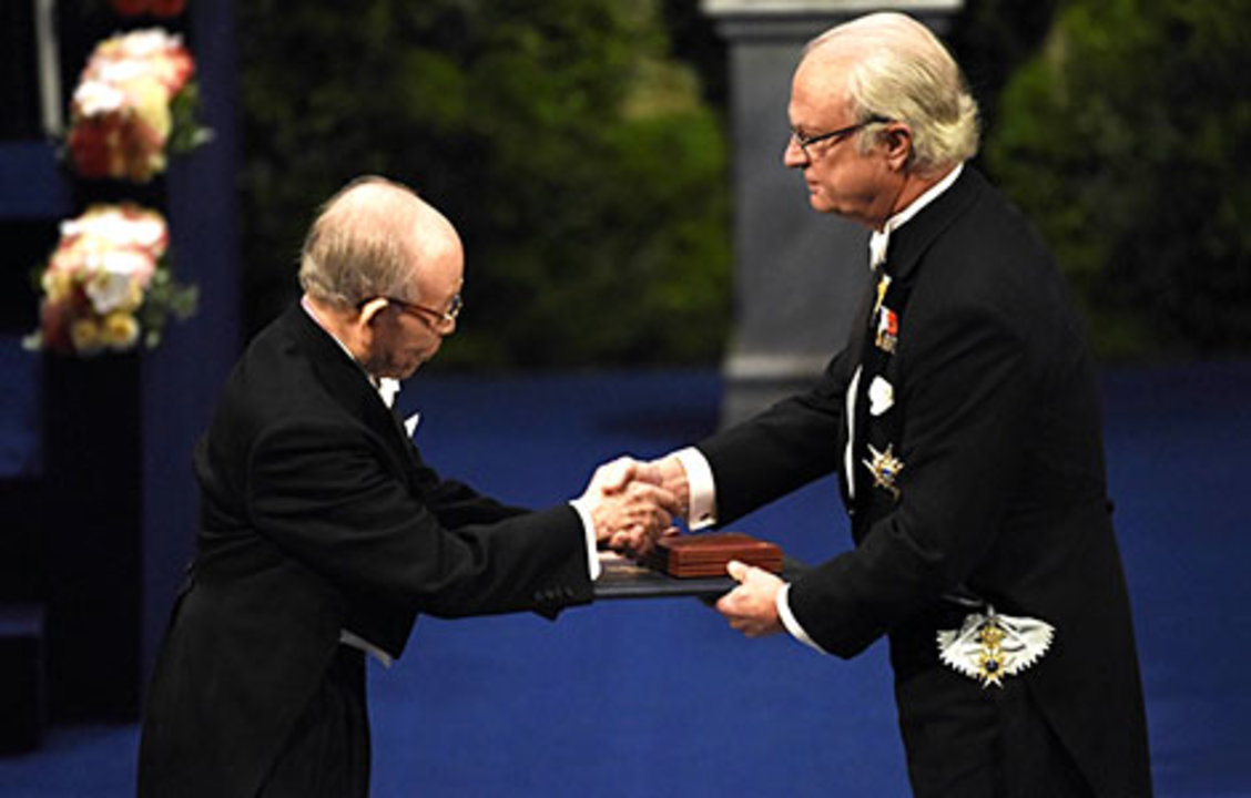 Isamu Akasaki receiving his Nobel Prize from His Majesty King Carl XVI Gustaf of Sweden.