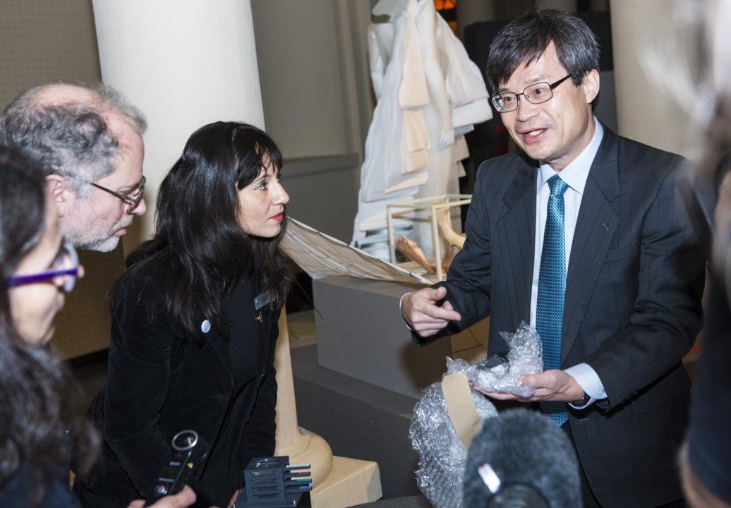 Hiroshi Amano presenting his gift to the Nobel Museum's collection: pieces of graphite included in the early blue LEDs that he developed, during the 2014 Nobel Laureates' Get together on 6 December 2014.
