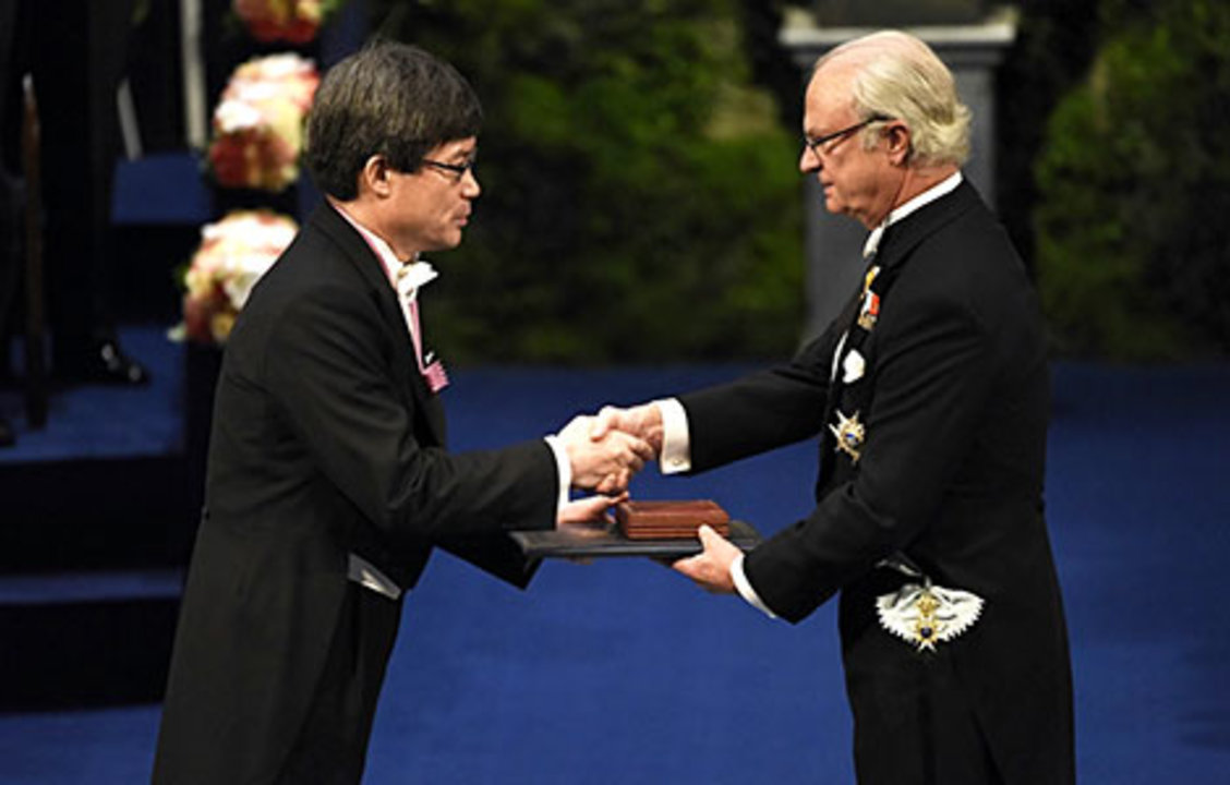 Hiroshi Amano receiving his Nobel Prize from His Majesty King Carl XVI Gustaf of Sweden.