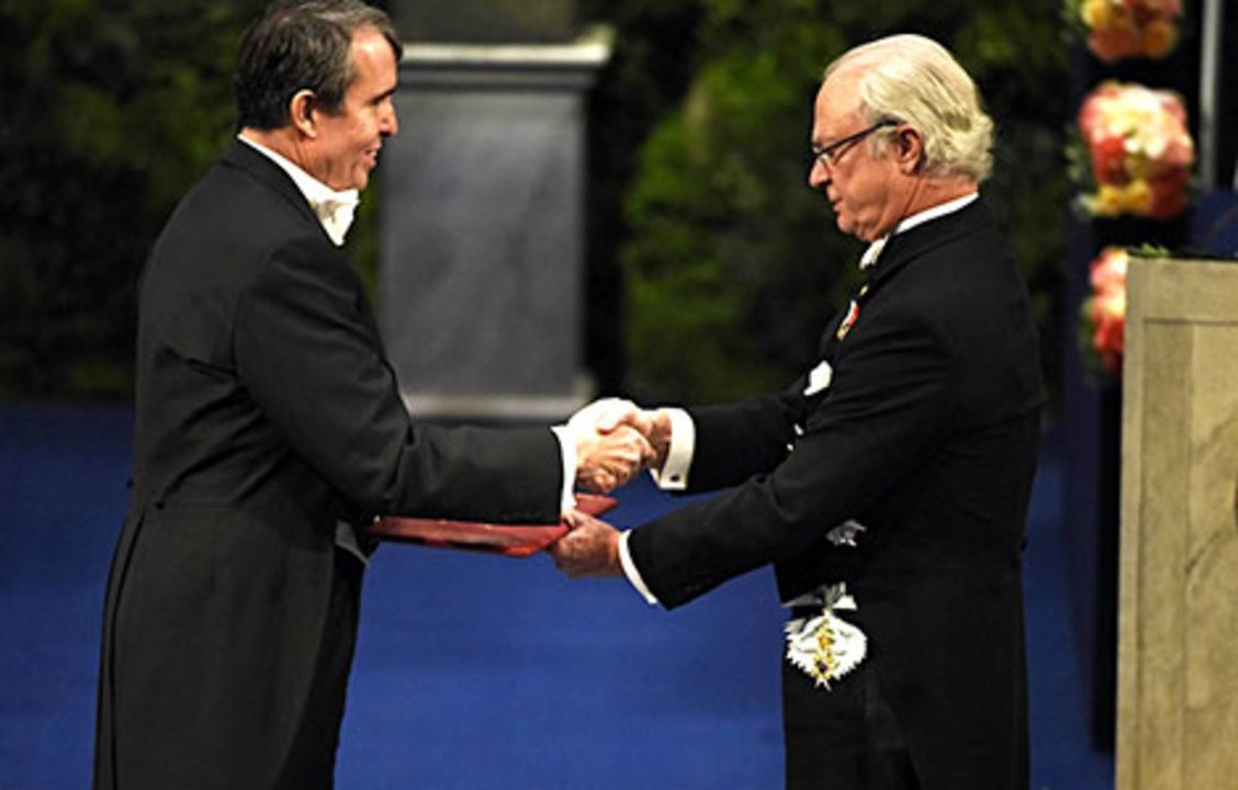 Eric Betzig receiving his Nobel Prize from His Majesty King Carl XVI Gustaf of Sweden.