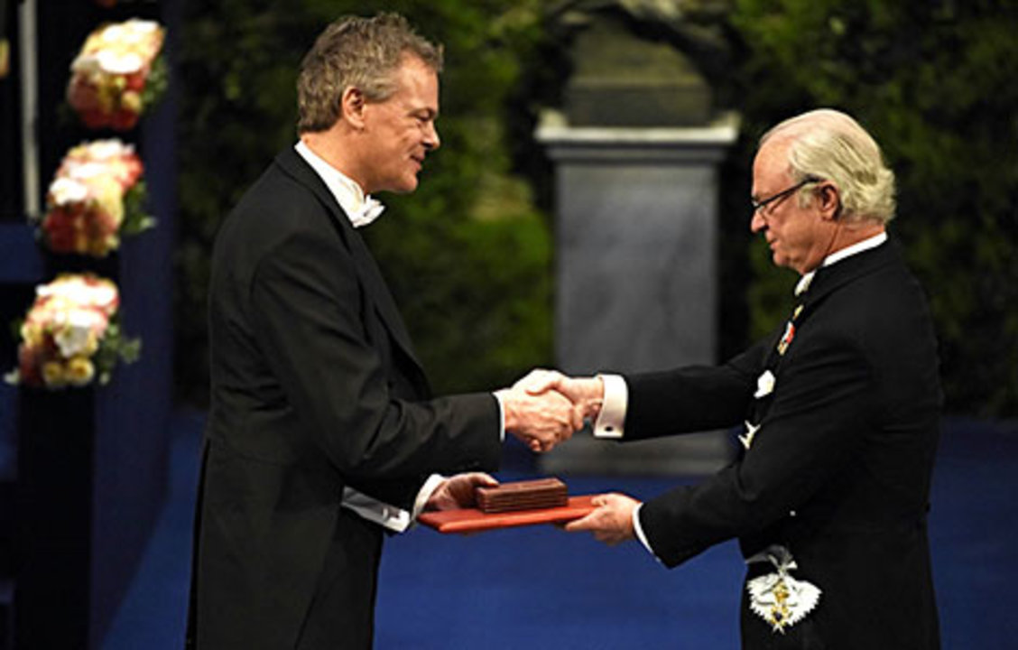 Edvard I. Moser receiving his Nobel Prize from His Majesty King Carl XVI Gustaf of Sweden.