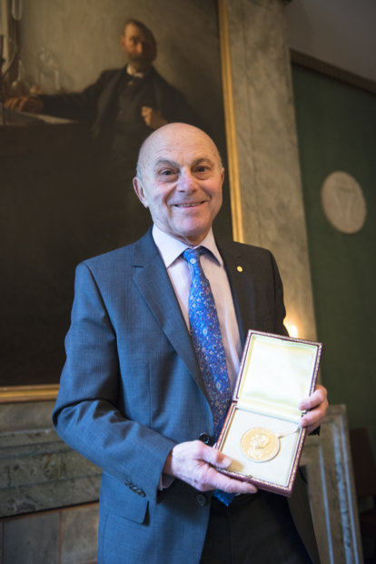 Eugene F. Fama showing his Prize Medal during his visit to the Nobel Foundation