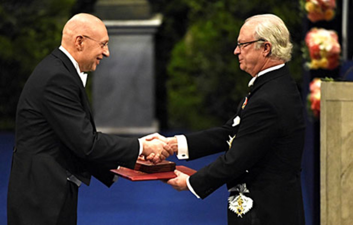 Stefan W. Hell receiving his Nobel Prize from His Majesty King Carl XVI Gustaf of Sweden.