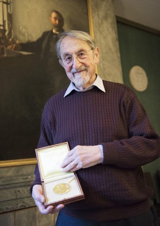 Martin Karplus showing his Nobel Medal during his visit to the Nobel Foundation