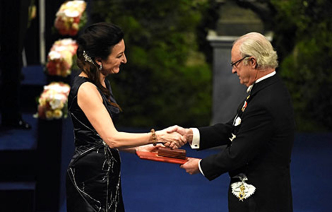 May-Britt Moser receiving her Nobel Prize from His Majesty King Carl XVI Gustaf of Sweden.