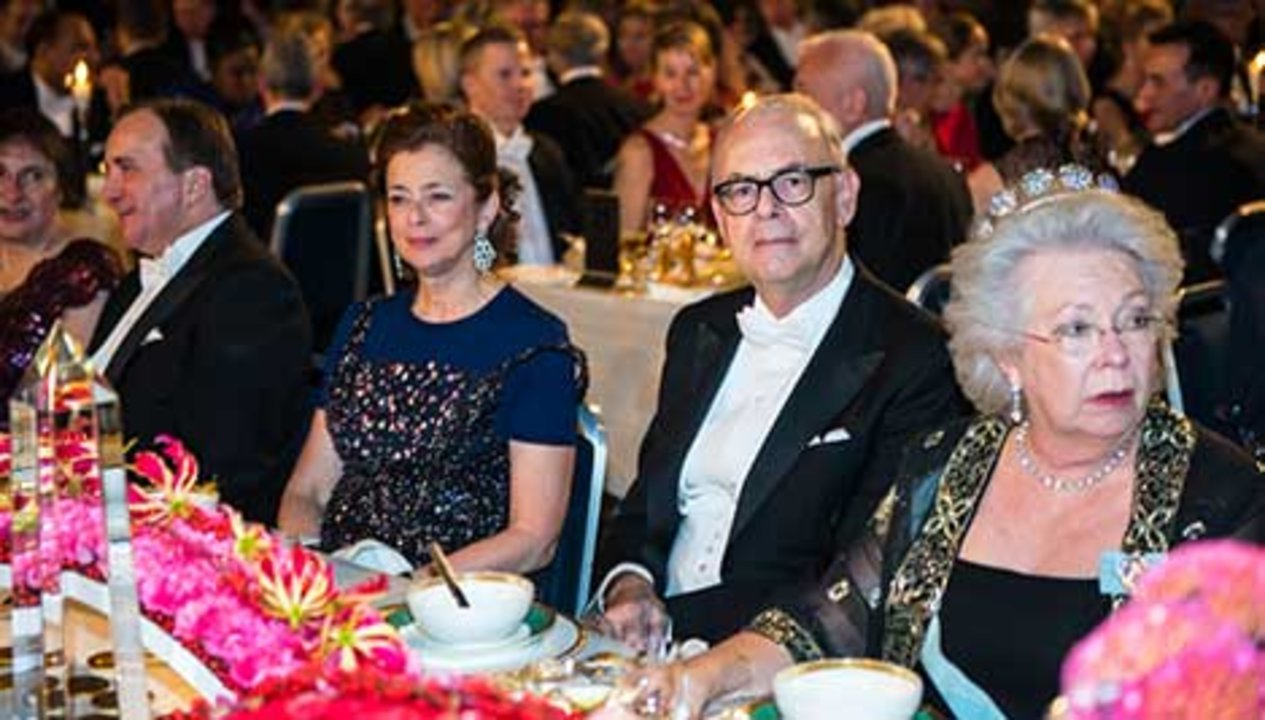 From left: Swedish Prime Minister Stefan Löven, Mrs Nathalie Tirole, spouse of Laureate in Economic Sciences Jean Tirole, Patrick Modiano and Princess Christina Mrs Magnuson at the table of honour.