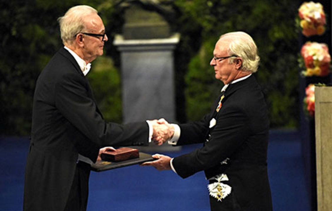 Patrick Modiano receiving his Nobel Prize from His Majesty King Carl XVI Gustaf of Sweden.